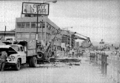 Maquinaria pesada durante las obras públicas en una calle
