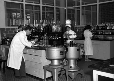 Laboratoristas durante la elaboración de la vacuna antipoliomielítica en un laboratorio