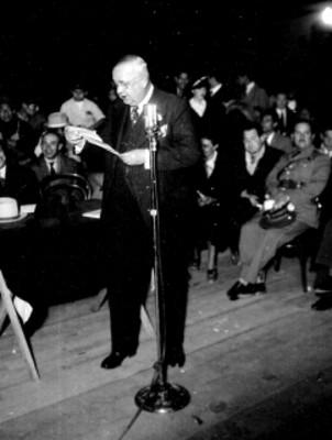 Enrique Zuñiga haciendo uso de la palabra durante un acto