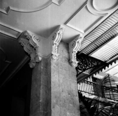Columna con acabado en yesería estilo neoclásico del nuevo edificio de la CONASUPO