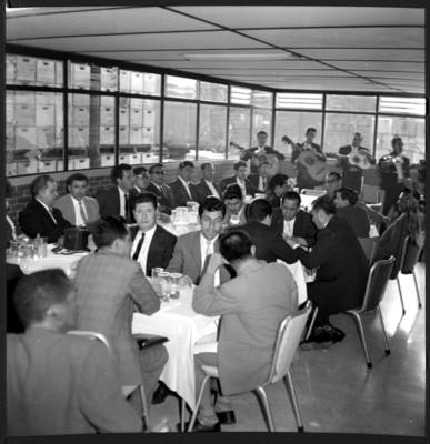 Miembros de ORIT en un banquete durante su visita al edificio de la CONASUPO