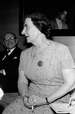 Golda Meyr, premier judía dando una conferencia de prensa en un salón durante su visita a México