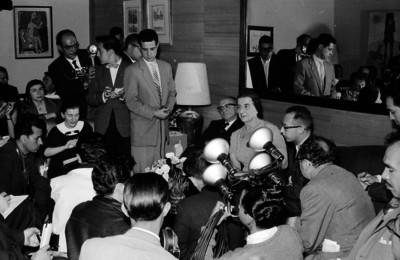 Golda Meyr, premier judía conversando con perioditas durante una conferencia con motivo de su visita a México
