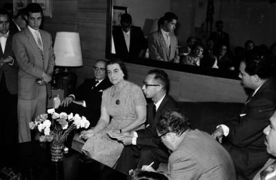 Golda Meyr, premier judía conversando con periodistas durante una conferencia con motivo de su visita a México