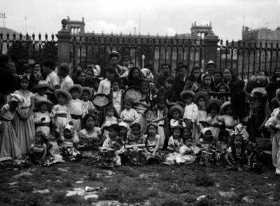 Niños y adultos en el atrio de la catedral, retrato de grupo