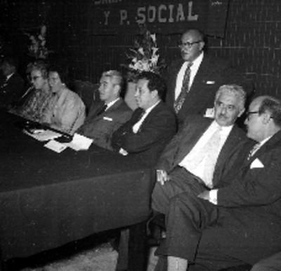 Salomón González Blanco, Guillermo Candiani y miembros del sindicato de la STPS, durante un festival a las madres