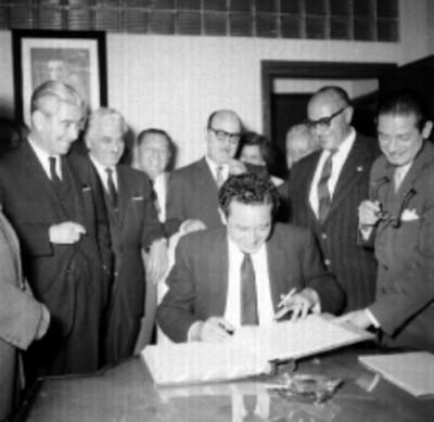 Salomón González Blanco firmando acta ante miembros del sindicato de trabajadores de la Secretaria del Trabajo