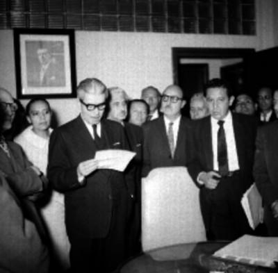 Salomón González Blanco entregando cheque a miembros del sindicato de trabajadores de la Secretaria del Trabajo