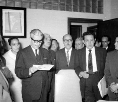 Salomón González Blanco leyendo acta ante miembros del sindicato de trabajadores de la Secretaria del Trabajo