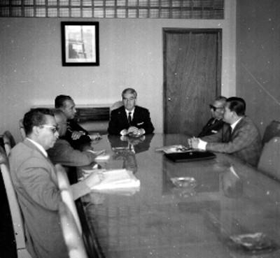 Benjamín Méndez saludando a Luis Gómez Z. durante su visita a Salomón González Blkanco en la Secretaría del Trabajo