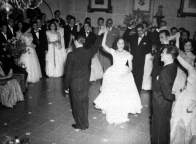 Hija de López Franco bailando en compañía de sus chambelanes su vlas de 15 años