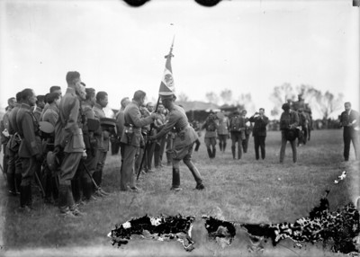 Plutarco Elias Calles y miembros de su gabinete durante la entrega de banderas al ejército