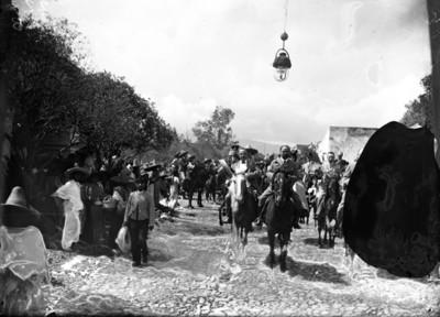 Francisco León de la Barra y Francisco I. Madero a caballo al pasar por una calle
