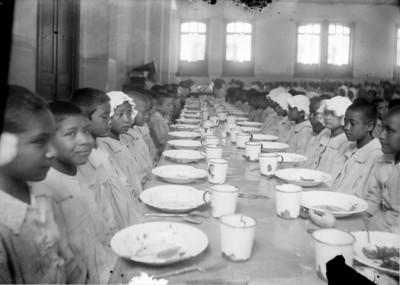 Huerfanos en el comedor de un hospicio antes de comer