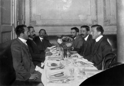 Roque González convive con otros hombres en una comida