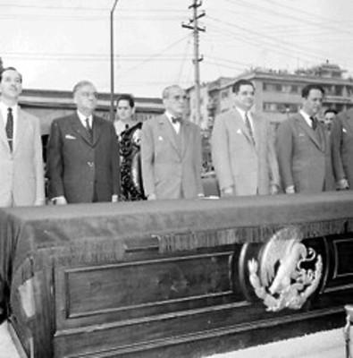 Adolfo Ruiz Cortines y Ernesto p. Uruchurtu en el presídium junto a otros funcionarios