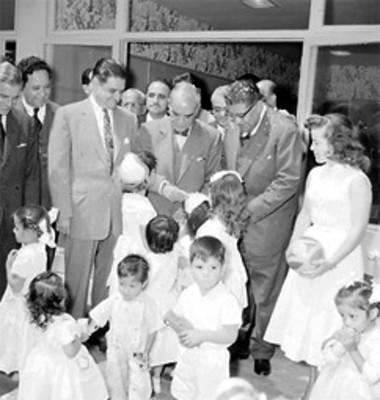 Niñas saludan a Adolfo Ruiz Cortines, Ernesto P. Uruchurtu y a Antonio Carrillo Flores