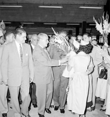 Adolfo Ruiz Cortines con Ernesto P. Uruchurtu y Antonio Carrillo Flores en la inauguración de un mercado
