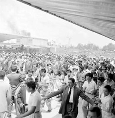 Adolfo Ruiz Cortines y comitiva visitan el mercado de Jamaica