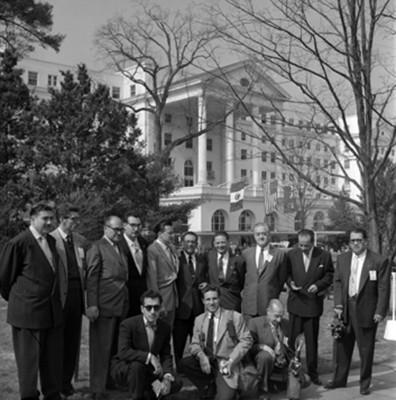 Reporteros en White Sulphur Springs, Washington, retrato de grupo