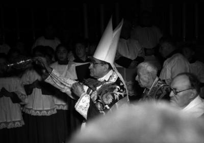 Miguel Darío Miranda y Gómez, arzobispo de México rodeado por monaguillos, durante una bendición en la iglesia