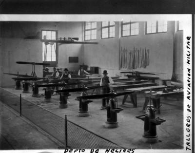 Trabajadores en un taller de aviación militar