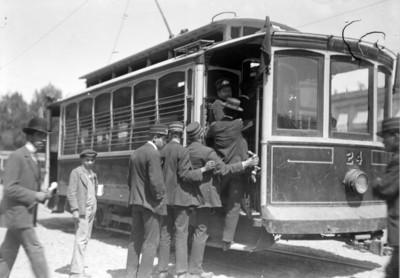 Hombres abordan un tranvía