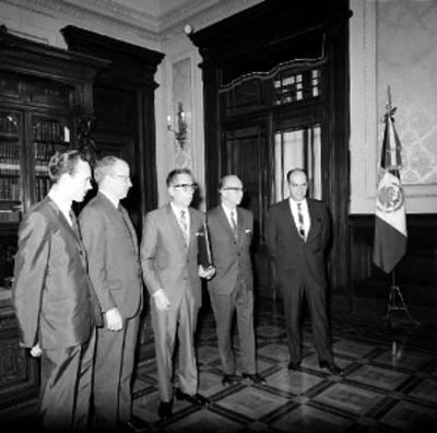 Gustavo Díaz Ordaz con funcionarios de CONDUMEX en un salón de Palacio Nacional