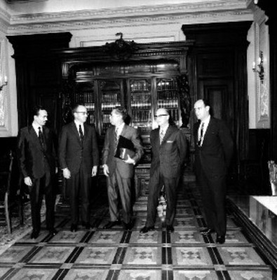 Gustavo Díaz Ordaz y directivos del Centro de Estudios de Historia de México en Palacio Nacional
