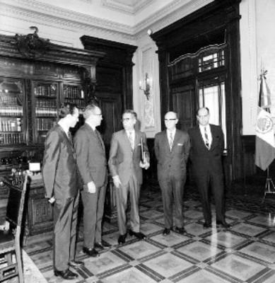 Gustavo Díaz Ordaz con funcionarios de CONDUMEX que le entregan una copia del Plan de Iguala