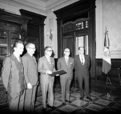 Gustavo Díaz Ordaz recibe una copia del Plan de Iguala por directivos del Centro de Estudios de Historia de México