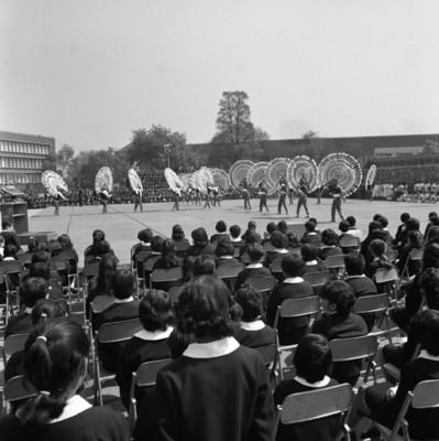 Bailarines amenizan los festejos de día de la bandera en la escuela Normal para Maestros