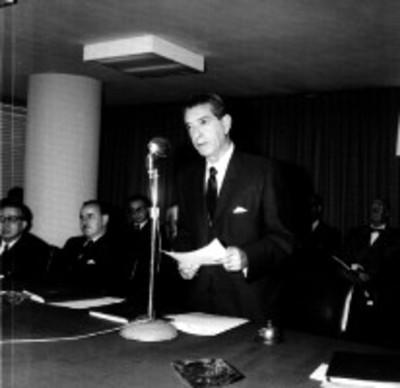 Adolfo López Mateos dá discurso durante una ceremonia