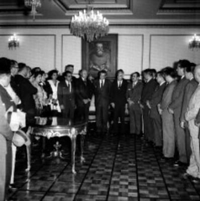 Adolfo López Masteos, Juan Fernández Albarrán y otros en audiencia con funcionarios en salón Venustiano Carrnaza de Los Pinos, retrato de grupo