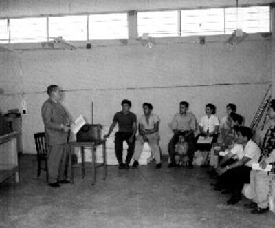 Maestro y estudiantes durante una clase