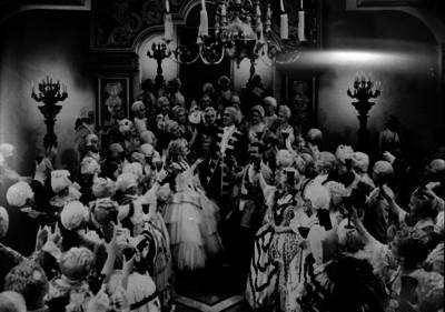 José Mojica, actor brindando con varios artistas durante la escena de una pelicula