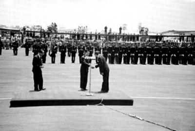 Adolfo López Mateos dá la mano a Akihito a su llegada a México