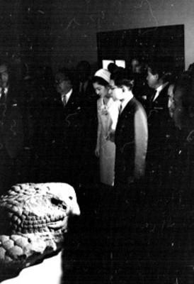 Akihito y Michiko observan una cabeza de serpiente prehispánica
