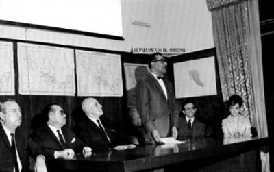 Funcionario dá conferencvia en oficina del Departamento de Turismo
