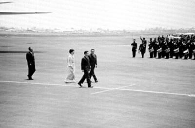 Akihito, Michiko y comitiva son recibidos en el aeropuerto Benito Juárez, vista parcial