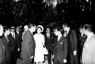 Akihito, Ernesto P. Uruchurtu, Michiko y comitiva visitan el bosque de Chapultepec