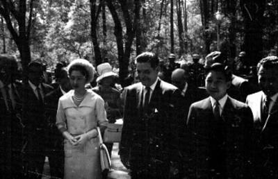 Michiko, Ernesto P. Uruchurtu, Akihito y comitiva en el bosque de Chapultepec, retrato de grupo