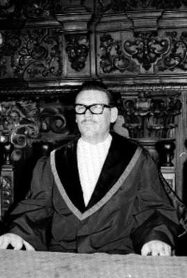 Hombre preside ceremonia de graduación
