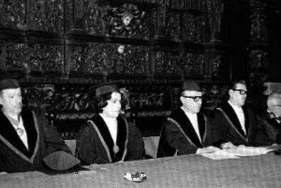 Hombres y mujer presiden ceremonia de graduación