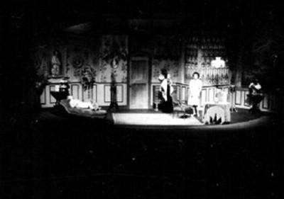 Actores durante escena de una obra teatral