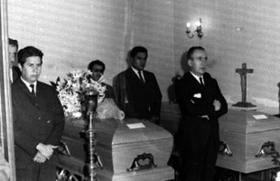 Hombres realizan guardia ante un funébre