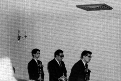 Hombres montan guardia durante un velatorio