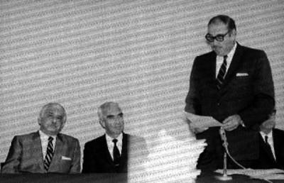 Juan Fernández Albarrán y funcionarios escuchan discurso durante una ceremonia