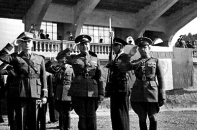 Militares saludan durante ceremonia