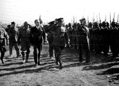 Francisco L. Urquizo y compañía durante una ceremonia